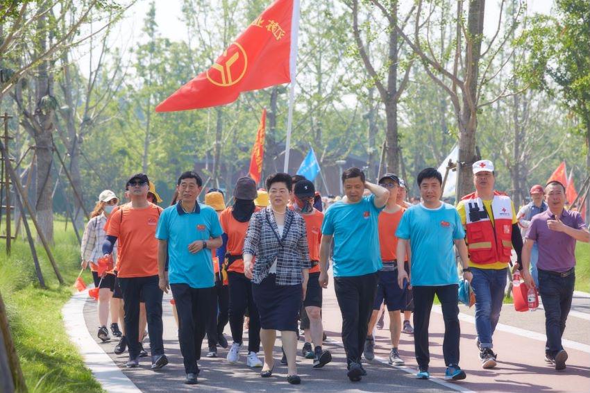 图为南通市人大常委会副主任、市总工会主席葛玉琴(前排左二),市总工会党组成员、副主席、经审会主任季金祥与公司职工一起徒步走过习总书记走过的路